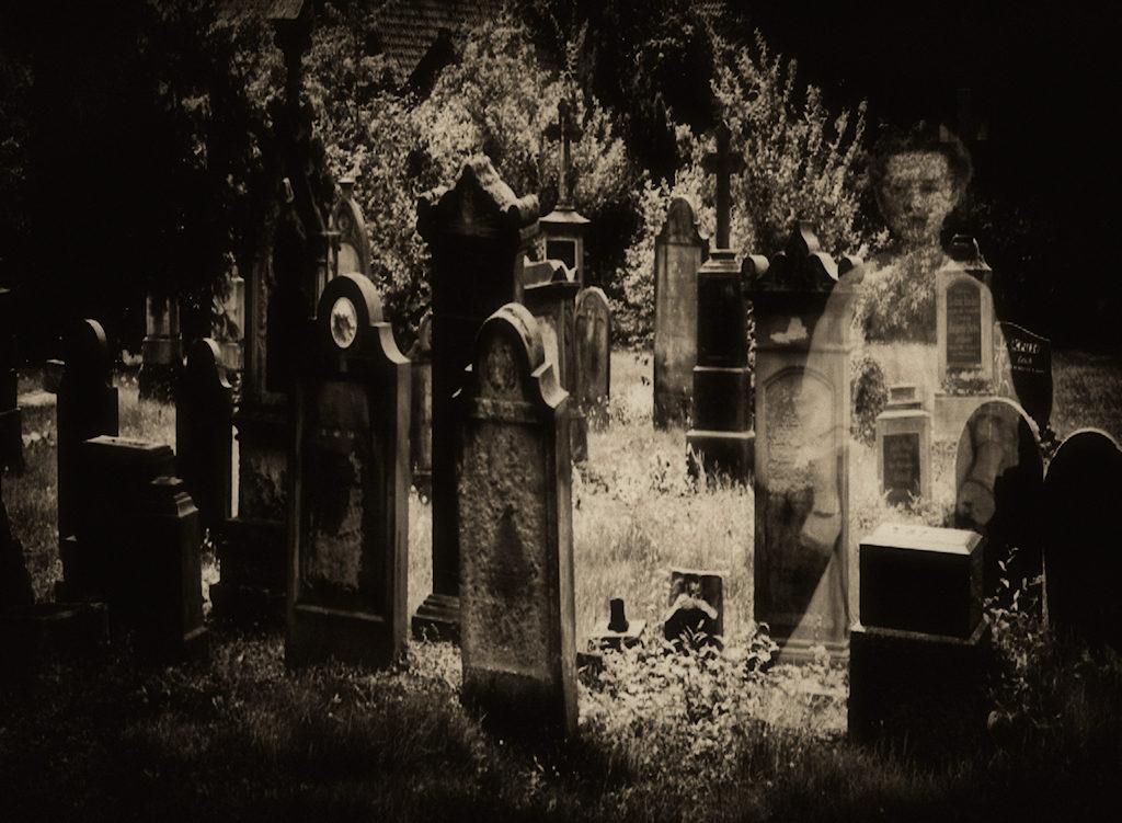 Geisterscheinung auf dem Friedhof