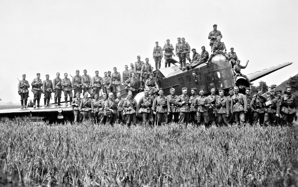 Deutsche Soldaten mit Bloch MB.210 Bomber