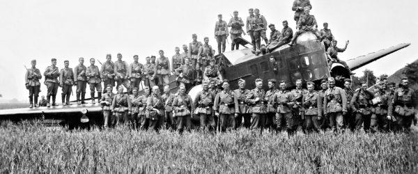 Deutsche Soldaten mit französischem Bloch MB.210 Bomber