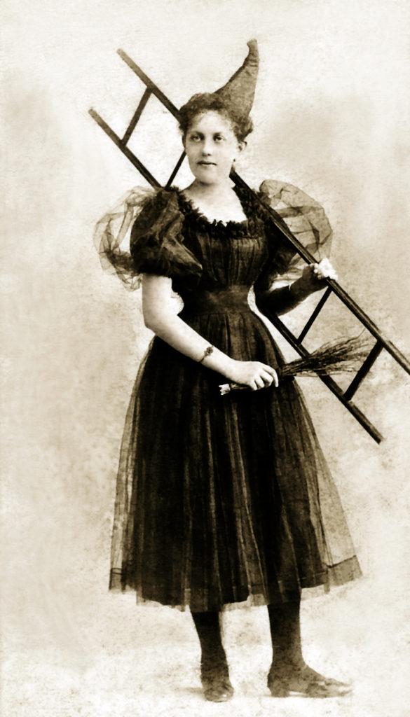 Fotorestauration: Kostüm aus dem Jahr 1896