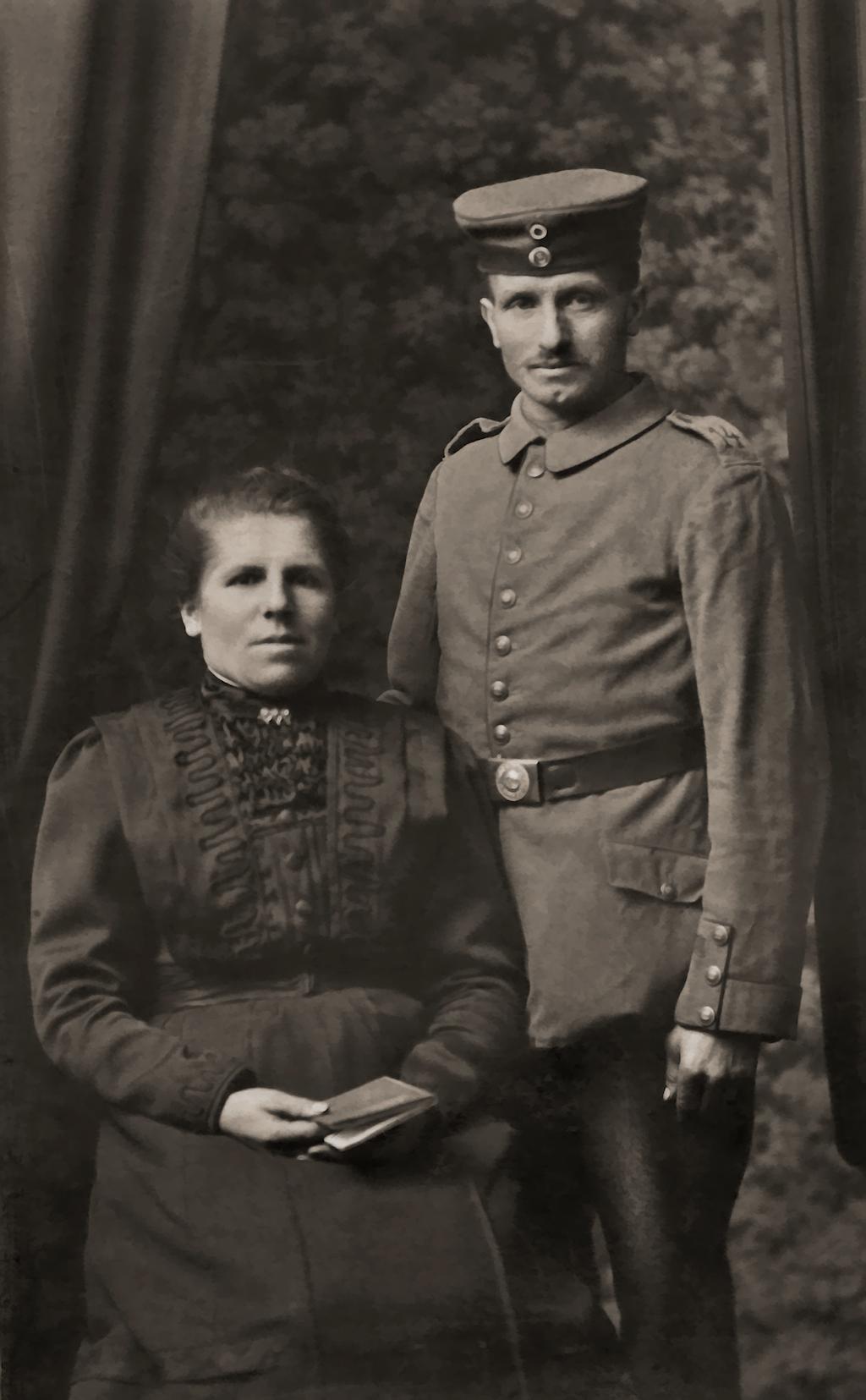 Deutscher Soldat mit Eheweib, 1915