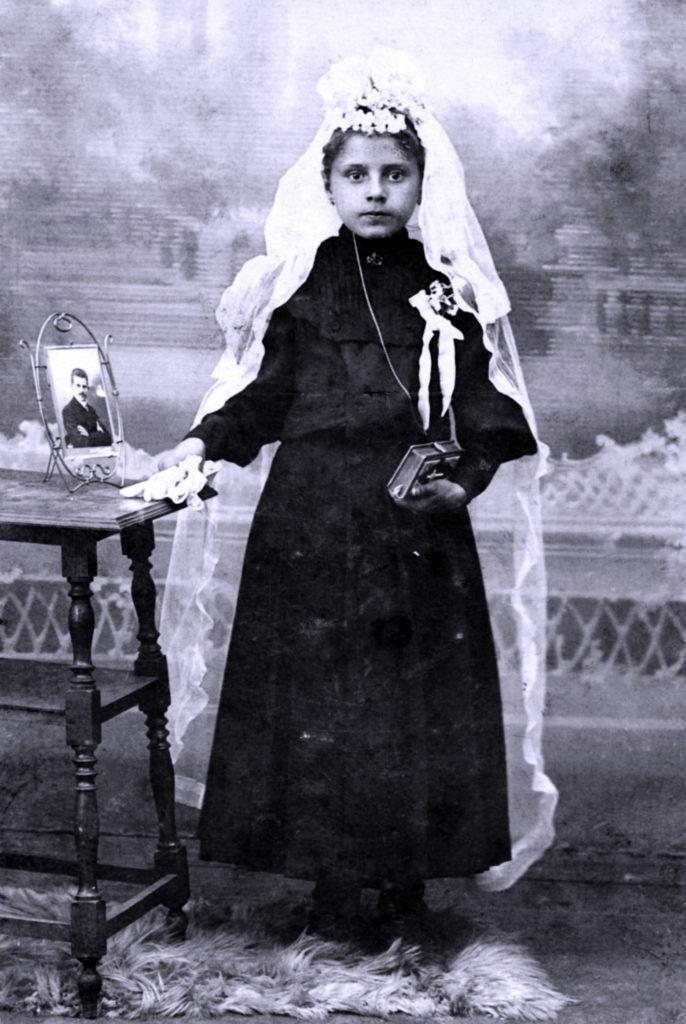Mädchen in Kirchenkleid